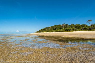 Praia de Pitinga com Vila Historica