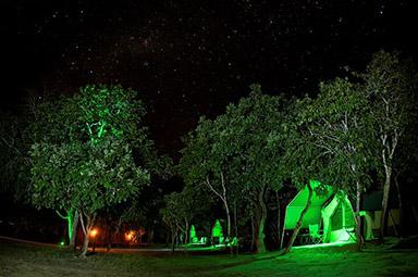 Tendas da Korubo à Noite